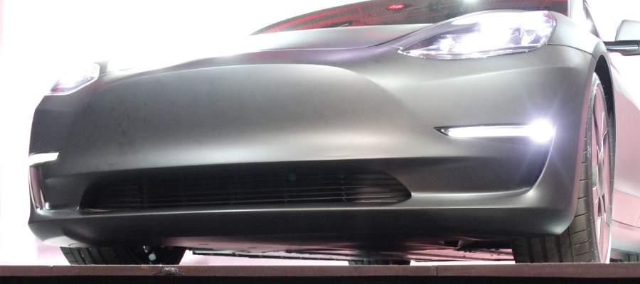 Platt undersida med batteripack och skyddsplåtar som i Model S.