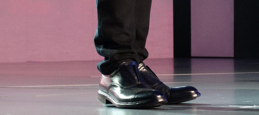 Elon Musk hade uppfällt kavajkrage och inga skosnören. Trendsetter?