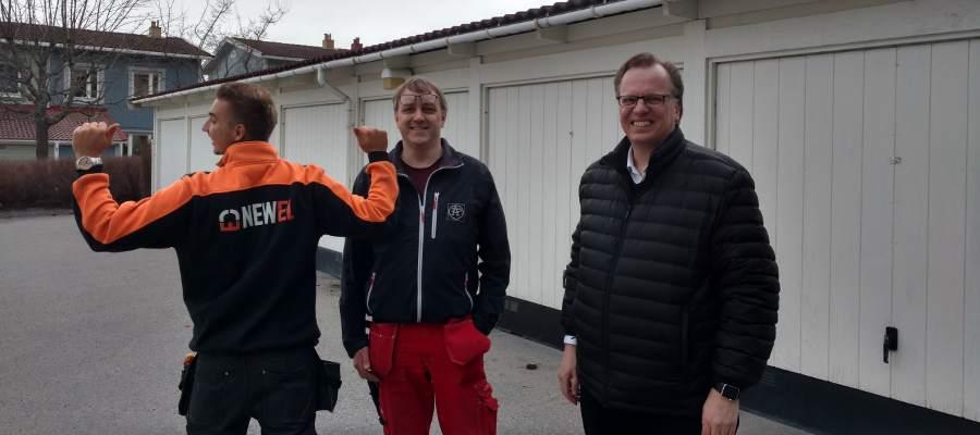 Från vänster: Michal Kazmierczak som gör oblygt reklam för NewEl, hans kollega Peter Viking, och samfällighet Småbjörkens styrelseledamot Mats Guldbrand