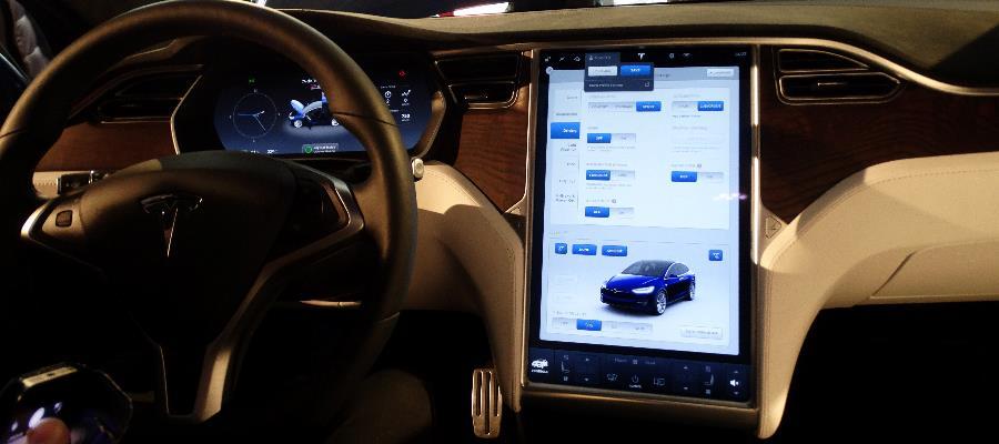 Förarplatsen känns igen från Model S.