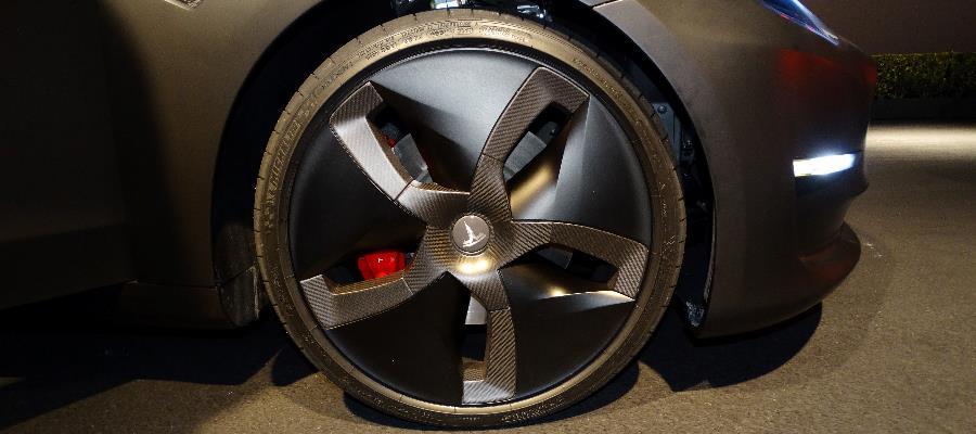 Förutom vanliga turbinfälgen fanns även denna med kolfiber-look som troligtvis är mer aerodynamisk. Däcken hade måtten 235/35/R20.
