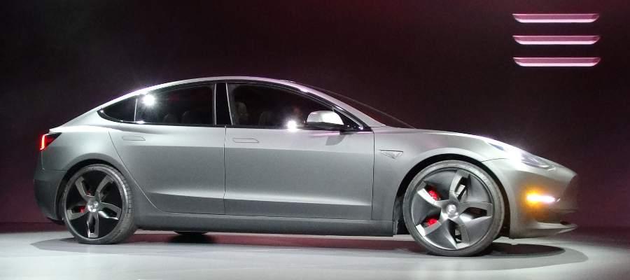 Verkar vara äldsta prototypen av Model 3 med bla Model S handtag - de andra prototyperna hade nyare handtag. Det var den bilen alla fick teståka med, förutom de 300 VIP-inbjudna där hälften fick åka med den silverfärgade.