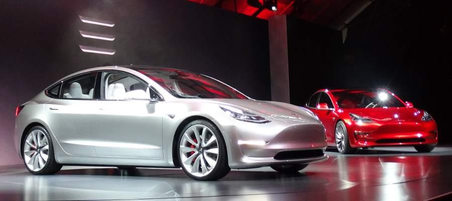 Silver modellen verkade vara mest färdig, medan den röda hade diskreta stoppklossar vid bakhjulen för att hindra den från att rulla iväg :-)