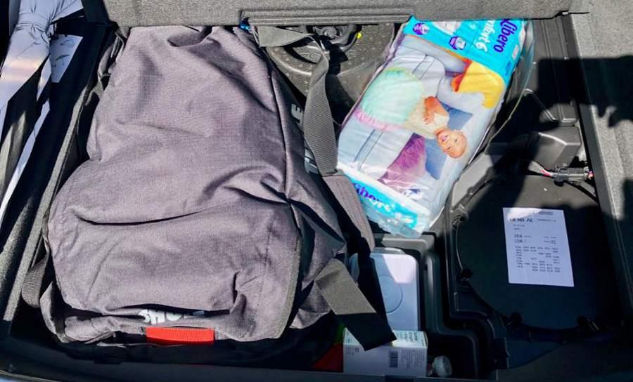 Under golvet i bagaget fick vi plats med barnmat, blöjor och en stor väska.