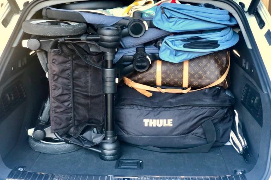Dubbelvagn och två väskor, men ändå utrymme kvar.